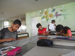 i ragazzi al lavoro coi primi bozzetti per i murales da realizzare prossimamente qui alla Rarahil School